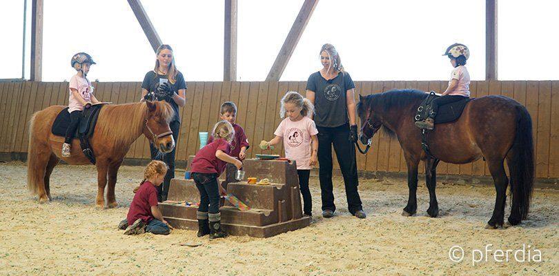 Kinder lernen spielerisch Reiten und den Umgang mit Pferden