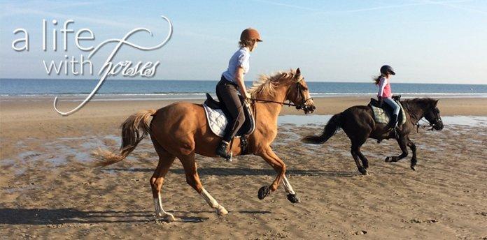 Pferde-reiten-am-Strand