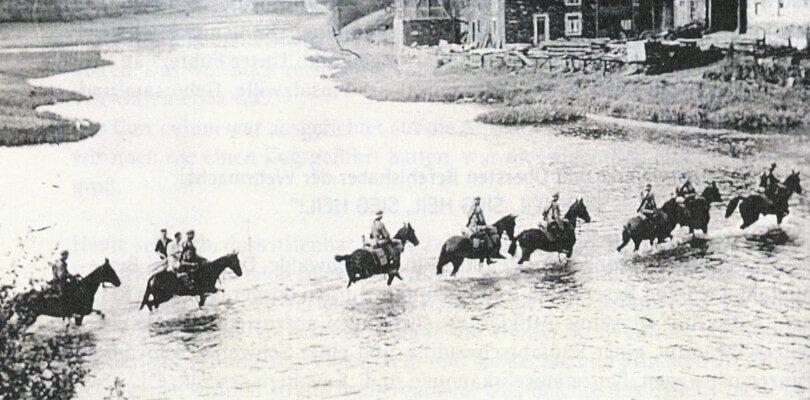 Pferde-durchqueren-den-Fluss-im-Krieg