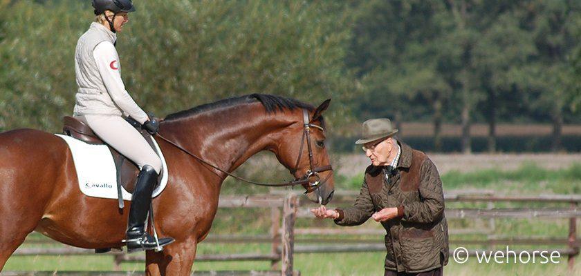 Ingrid Klimke auf Just Paul, Paul Stecken reicht dem Pferd ein Leckerli