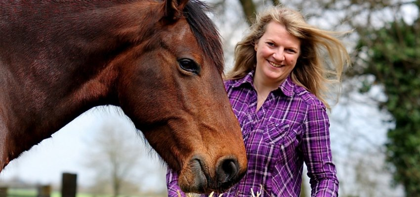Portraitfoto Constanze Röhm mit Pferd