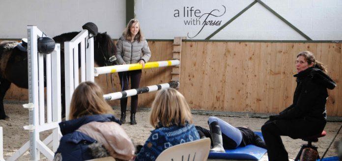 Kurs Reitergymnastik, Zuschauer und Teilnehmer sowie Claudia Butry, Ausbilderin