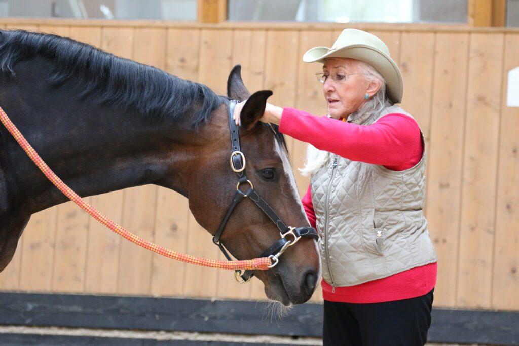 Linda Tellington-Jones zeigt den Ohren TTouch für Turnierreiter