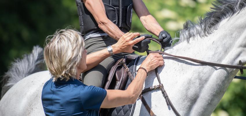 Ingrid Klimke verbessert die Zügelhilfen der Reiterin, so ist ein Riegeln gar nicht mehr notwendig