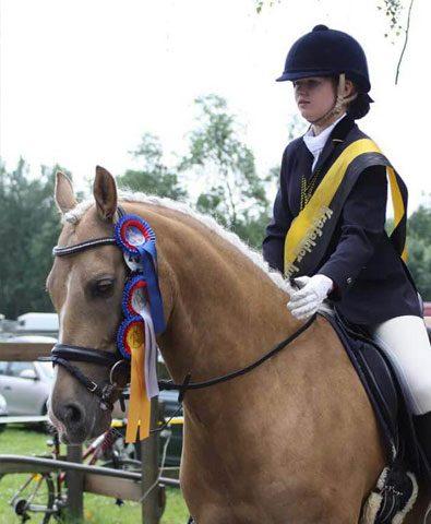 Kind-reitet-auf-Pony